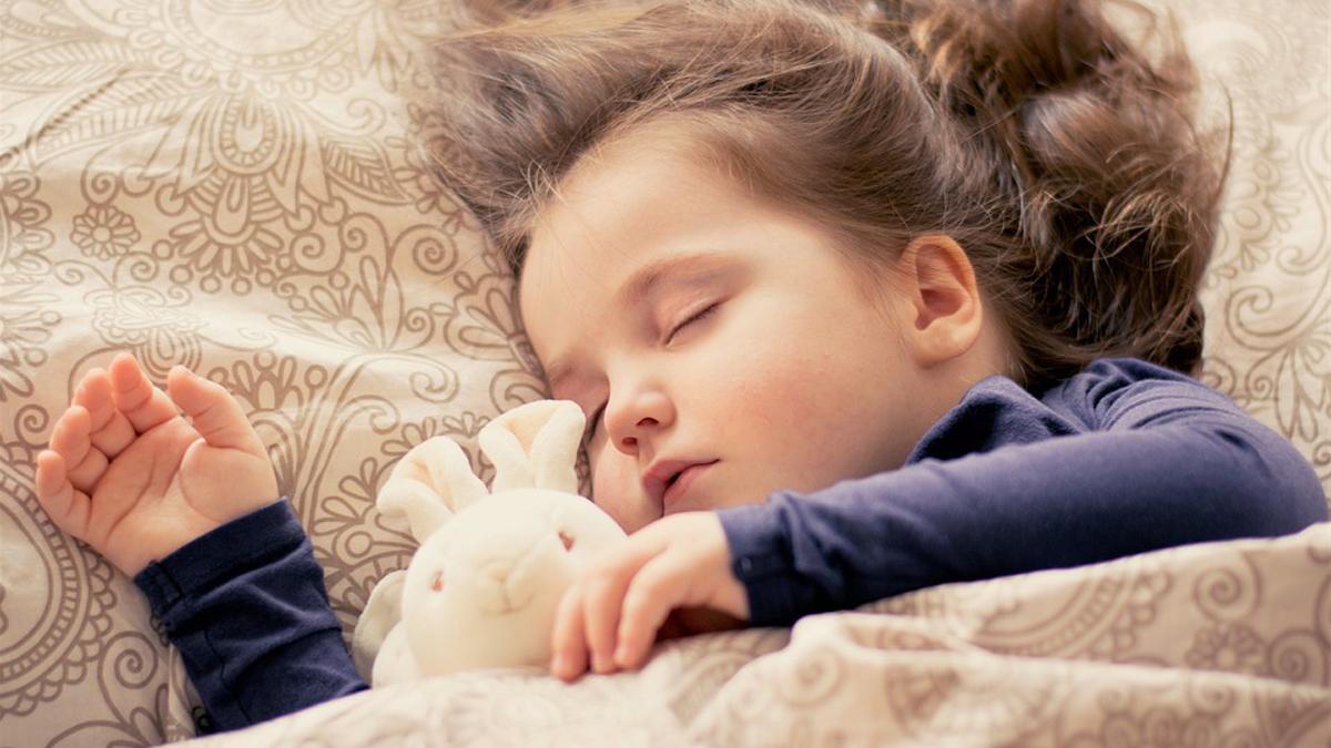 Cosa posso fare per insegnare al mio piccolo a dormire tutta la notte nel suo lettino?