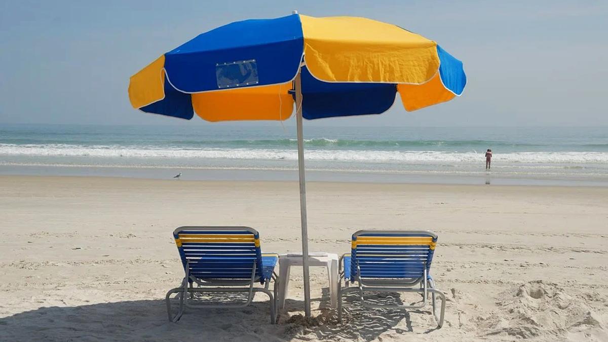 Al mare rispettando le regole per un'estate sicura
