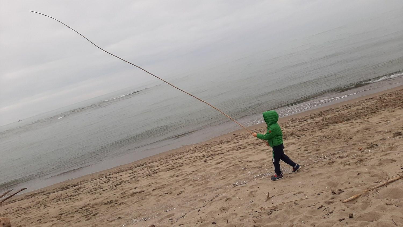 A caccia di tesori sulla spiaggia