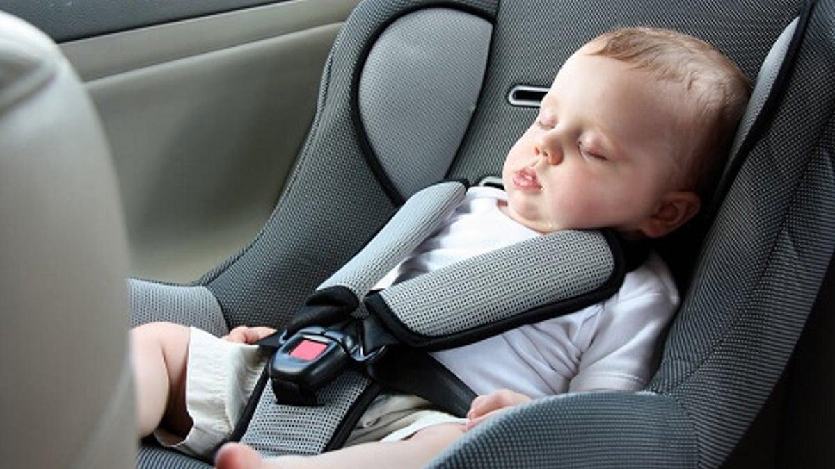 Scatta l'obbligo dei dispositivi anti-abbandono sui seggiolini in auto
